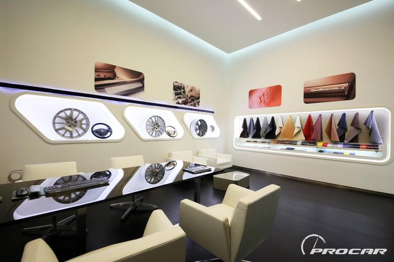 2011年10月11日,上海——作为率先抢滩上海陆家嘴金融区的奢华汽车品牌,享誉全球的意大利品牌法拉利和玛莎拉蒂展厅于今日在陆家嘴金融区世纪大道盛大开幕。作为法拉利和玛莎拉蒂品牌在中国大陆地区面积最大的品牌及汽车展厅,法拉利玛莎拉蒂浦东展厅的开幕标志着法拉利和玛莎拉蒂在华市场战略的又一个重要里程碑。当晚,法拉利大中华区首席执行官范艾闻先生(Mr.