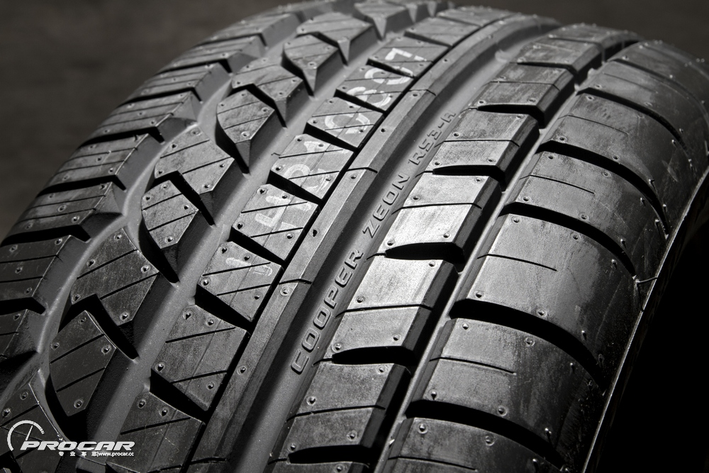 """细解轮胎   作为一款定位于""""全天候高性能""""的轮胎,其设计时不但要考虑到四季的变化,更要考虑到不同环境下都要有稳定的性能表现。轮胎表面采用不对称花纹设计,干湿地操控性能都得到有效分工;复合花纹块设计,最大化的降低轮胎噪音,减少异常磨耗,提升轮胎使用寿命;胎面上的胎块较大、较深,照顾到了雨天的排水性和冬季积雪路面的行驶稳定性。而轮胎单从尺寸215/45R17看似乎并不是很运动,但W代表最高时速270km让我们肃然起敬。"""