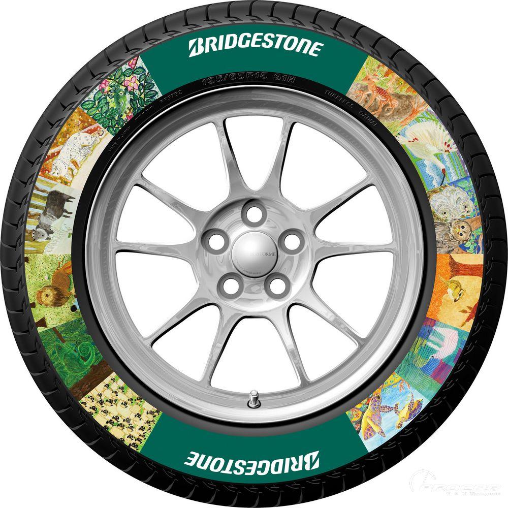 普利司通集团日前宣布成功研发出一种不同于以往任何彩色轮胎技术的全新轮胎印刷技术。    目前,市场上已经出现了在轮胎胎侧部位采用白色橡胶标上白色带状或者白色字母的轮胎。为了防止变色并确保其使用的耐久性,这类轮胎往往会使用很多白色橡胶,从而导致轮胎质量的增加。    而此次普利司通开发的全新轮胎印刷技术,通过在防变色层之上印上新开发的印油和保护层,不仅不会增加轮胎质量,还可降低燃油消耗,是一种更为环保的轮胎装饰技术。   与此同时,根据对轮胎印刷技术特点的研究分析,普利司通也正在进一步研讨将顾客自己的原